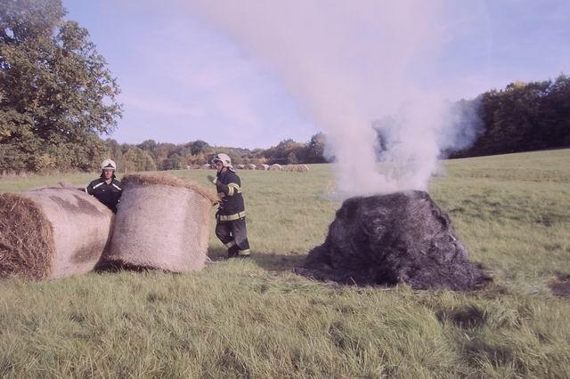 8_10_požár balíku sena